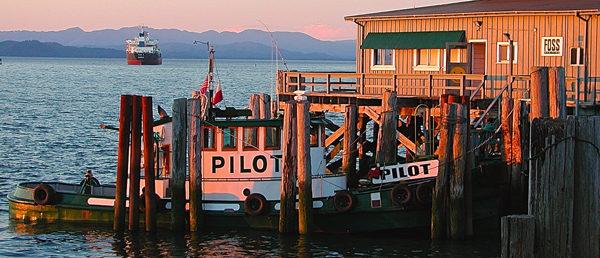 https://vintagetourbus.com/wp-content/uploads/2016/01/Astoria-water-front-boat-1-600x258.jpg
