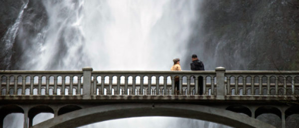 https://vintagetourbus.com/wp-content/uploads/2016/01/Multnomah-Falls-Bridge-Couple-600x258.jpg